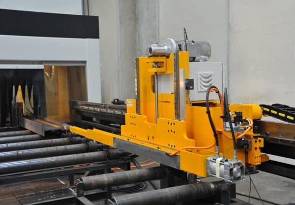 Gul maskine i arbejde hos ip maskiner