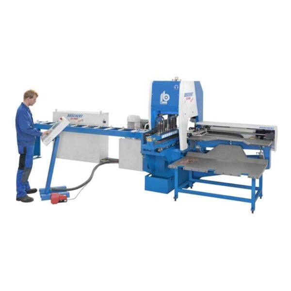 Mand ved siden af blå og hvid maskine ip maskiner